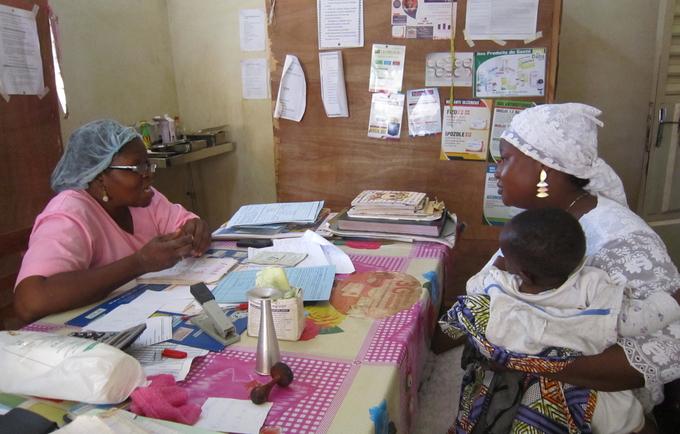 La sage-femme travaille en partenariat avec les femmes en vue de leur prodiguer le soutien, les soins et conseils dont elles ont besoin pendant la grossesse, le travail et la période post-partum, pour réaliser les accouchements et fournir des soins au nouveau-né et au nourrisson.
